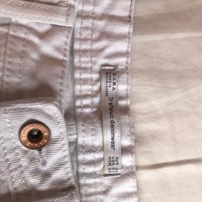 Hvide jeans fra Zara. Brugt få gange, og har ingen pletter eller andet.