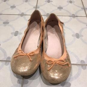 Super fine ballerinaer i guld. Kun brugt en dag til et bryllup. Fremstår som næsten nye.