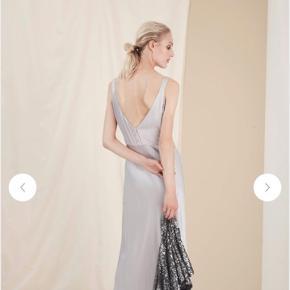 Lækreste og smukkeste cloudgrey kjole fra Gestuz. Den er både god med hæle, men også med et par lækre sneakers! Den er kun brugt 1 gang til galla, og kun i 3 timer😁 Nypris var 1500kr. 😊