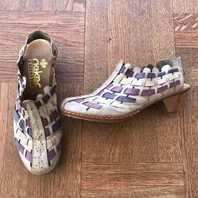 Fine sandaler/slingbacks med lille hæl.  Super bløde og behagelige.  Str. 36, men store i størrelsen. Sålen måler indvendigt 24 cm.