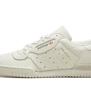 Adidas yeezy powerphase sneakers i en str us 7
