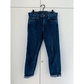 Fine jeans fra COS i str 26 med lige ben. Sidder ikke stramt men nærmere lidt 'boyfriend'-agtig pasform.