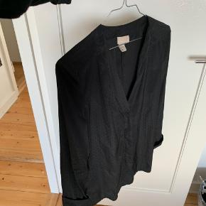 Lækker sort skjorte med prikker i stoffet fra H&M i str. 34.   Se også min profil og alle mine mange andre flotte og billige varer jeg har til salg 🌸  Tryk køb nu eller bed mig oprette en handel, hvis du er interesseret ☺️  Tags: Sort skjorte bluse top skjortebluse h&m hm 34 s small trøje prik prikker prikket