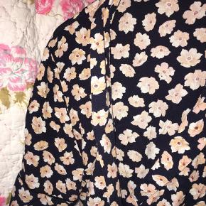 Nup denne og nederdelen der passer til, til 800kr inkl fragt!🌸  BYD LØS