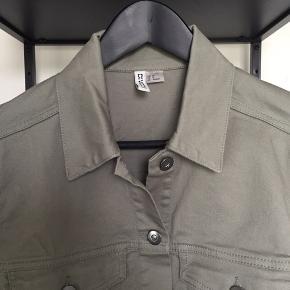 Fed olivengrøn cropped jakke
