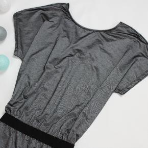 Super kjole 75% VISKOSE 20% POLIESTER 5%  ELASTAN LANG CA 93 CM BRYST CA 100 CM