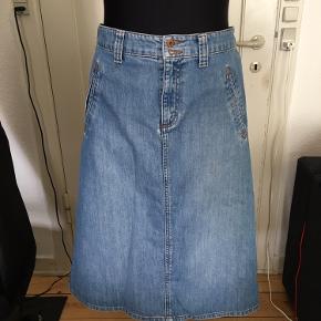 Denim nederdel med snydelommer Livvidde 44x2 cm Hofte 52x2 cm Længde 70 cm Aldrig brugt men vasket