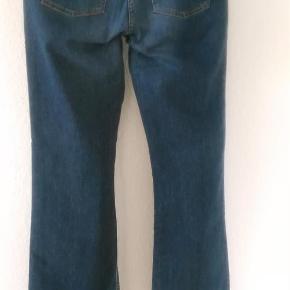 Varetype: Klassiske jeans fra H&M Farve: blå  Klassiske jeans fra H&M LOGG. Str 42. 98% bomuld og 2% elastan. Lommer foran og bag. Måler ca 86 cm i livet ( ca 43 cm målt lige over i livet ). Måler ca 82 cm i indvendig benlængde. Bytter ikke.