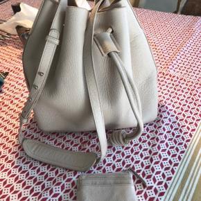 Den lækreste lædertaske med små nitter - aldrig brugt Tilhørende lille kortholder Nypris 2000 for tasken og 500 for kortholder Se flere detaljer fra den sorte model jeg har lagt på
