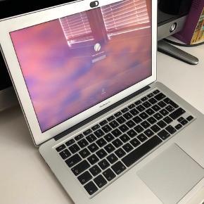 Sælger min Macbook, da jeg udelukkende bruger min arbejdscomputer og derfor ikke denne.  Den er købt i 2016 og brugt på studie i to år. Den fejler intet og er i rigtig god stand uden ridser eller andet. Uden kasse.  Der medfølger et lækkert sleeve i brunt læder og oplader. Kvitteringen med følger også.    Afhentes i Køge