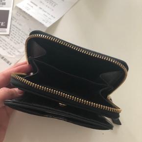 Super flot pung 👛 i ægte skind 🖤Plads til mønter, fem kort og sedler. Den har også to lommer foran og tre  lommer ind. Med guld hardware. Mål: 12 x 11 x  4 cm. Brugt men i pæn stand. Købt i Neye. Kvittering haves.