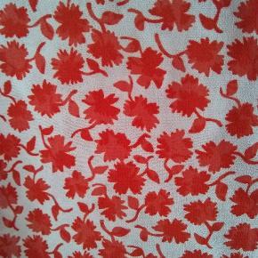 Skjortebluse uden ærmer fra H&M i str. 44.i et florlet materiale.