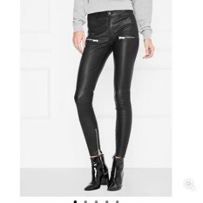 De fedeste Anine Bing bukser i ægte læder med lynlås. Fået i gave for nyligt. de passer en 26/32 eller 36 perfekt. Kvitteringen kan fremskaffes