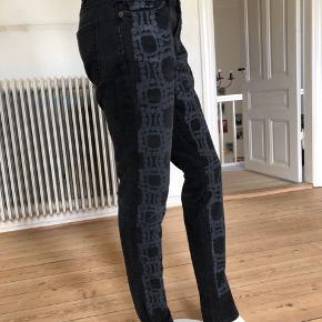 Current Elliot og Marni.  Super flotte jeans i som ny stand. Sidder perfekt på.  Brugte lidt men fejler intet.  Byttes ikke.