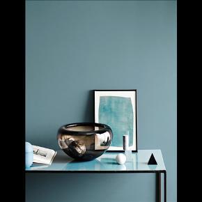 Ny og i æske! Per Lütkens Provence-skål blev første gang fremstillet i 1955, og har været populær lige siden! Da skålen i 2015 fyldte 60 år producerede Holmegaard denne smukke jubilæumsudgave i en helt ny røgbrun farve med en størrelse på 15 cm.  Et lille stykke luksus, der fortjener en prominent plads i hverdagen. Til frugt, til nips, som et stykke glaskunst på side- sofa- eller spisebord eller som vase til en overdådig buket afskårne blomster. En gaveidé til designelskeren og til en særlig anledning.  Et eksempel på dansk design og godt glashåndværk, når det er allerbedst.  Serie: Provence Designer: Per Lütken Farve: Brun Materiale: Mundblæst glas  Diameter: 15 cm Højde: 10 cm