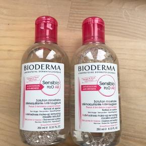 Kan pt afhentes i Vestjylland.   Afhentningspris: 175,-  Helt nye og uåbnede Bioderma Sensibio / Créaline AR (ante rosacea) makeupfjerner / rensevand. 250 ml. i hver flaske.  Mindstholdbar til januar 2022.   Lavet specielt til sensitiv hud der har tendens til let at blive rød (rosacea)   Sensibio er seriens navn på det internationale marked. Créaline er navnet på det samme produkt på det franske marked. Flaskernes indhold er fuldstændig identisk:).   1 flaske sælges for 100,-