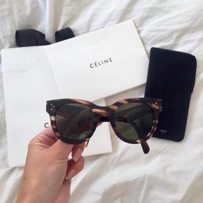 Super smukke solbriller fra Céline. De er brugte, men i rigtig god stand. Købt i Céline i Paris - pose, etui og kvittering haves. Kontakt Signe Breck i kommentarfeltet, hvis I er interesserede 😊