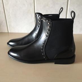 Skønne støvler fra Apair, aldrig brugte stadig i æske.  Hælhøjde på kun 2 cm