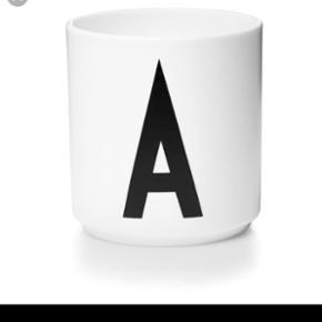 Design letters krus, kun brugt få gange  En med bogstavet A og en med bogstavet E  Sælges samlet for 90 kr ellers 50 kr pr stk   🌻 Afhentes ydre Nørrebro