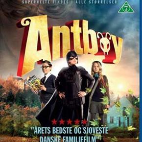1671 - Antboy (Blu-ray)  Dansk Film - I FOLIE    Antboy  Pelle Nøhrmann er ikke noget særligt. Bare en helt almindelig 12-årig dreng. Pelle har ikke rigtig nogen venner og den smukke pige Amanda, som han har været forelsket i siden børnehaveklassen, ved dårligt nok, at han eksisterer. De eneste, der lægger mærke til ham, er skolens bøller. En dag, da de jagter ham gennem den søvnige forstad, gemmer Pelle sig i naboens uhyggelige have. Han slipper af med bøllerne, men bliver til gengæld bidt af en stor og underligt udseende myre. Pelle tænker ikke nærmere over biddet, men den nat plages han af mystiske drømme, og da han vågner næste morgen, har han fået alle myrens kræfter; Superstyrke, skærpet lugtesans og evnen til at klatre på vægge.      Det sidste, Pelle har lyst til, er at tiltrække opmærksomhed, men der går ikke lang tid, før tegneserienørden Wilhelm opdager hans nyvundne kræfter. Wilhelm er fast besluttet på, at Pelle skal bruge sin styrke til at blive superhelt og bekæmpe kriminalitet. Pelle er ikke synderligt interesseret i den plan, men vil til gengæld gøre alt for at imponere Amanda. Han siger derfor ja til Wilhelms plan, og inden længe gør superhelten Antboy helvede hedt for byens kriminelle med hjælp fra sin nye ven. Men det viser sig snart, at myredrengen ikke er den eneste i byen med superkræfter. En uhyggelig modstander ved navn Loppen træder frem på scenen, og da han kidnapper Amanda, står Antboy og Wilhelm overfor deres største udfordring.  Tekst fra pressemateriale