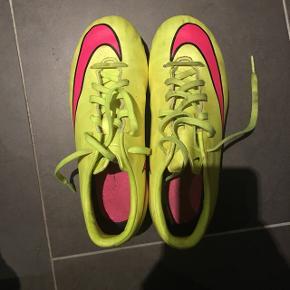 Fodbold støvler i str 34