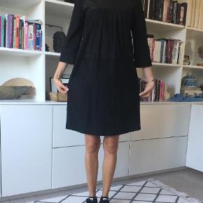 Varetype: Midi Farve: Sort Oprindelig købspris: 2200 kr. Kvittering haves. Prisen angivet er inklusiv forsendelse.  Lækker ruskind/skind-kjole i sort.  Super behagelig at have på.  Jeg har den på, på billedet og er 1,76 cm. høj. Bytter ikke Bud er velkomne