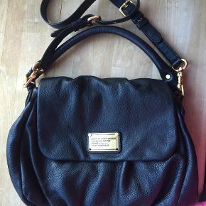 Jeg sælger min Classic Q Little Ukita crossbody-taske fra Marc Jacobs. Jeg har brugt den en enkelt gang. To nitter er faldet af, men to originale nitter, som jeg har fået fra Marc Jacobs, medfølger.