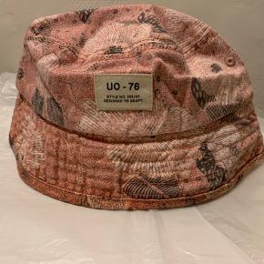 Rosa mønstret bøllehat fra UO i str. one Size i bomuld. (Kan evt sendes for 20 som brevpost via postnord)