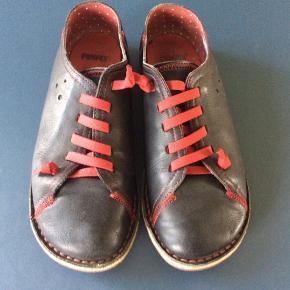 Lækre sko fra Camper. Den velkendte model med elastiske snørebånd, som ikke skal bindes op. Fin stand. Indv længde ca 24,7 cm.