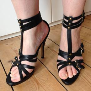 Super lækre stiletter i god kvalitet. De har aldrig været brugt og har ligget i kassen, siden de blev købt. De er lavet af ægte læder. Original æske + dustbag haves.  Se desuden mine mange andre annoncer med sko på min profil :)