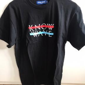 Splinterny Know Wave t-shirt.  Købt på End, men fik den aldrig sendt tilbage, da den er for lille til mig.   Den er aldrig brugt - kvittering haves.  Ny pris 500DKK