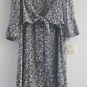 En virkelig flot kjole fra Max & Co i hvidt / sort. Med et flot bælte foran og en nøglehulslukning bagpå. Brugt meget lidt.  Længde ca 97 cm