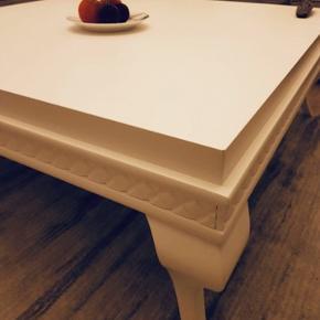 Pæn og velholdt sofabord i mat hvid 110x110. Kvittering haves købt for 3500kr på butikken stå stadigværk 3500kr min søster sælges billig for 2500kr. Skriv eller ring hvis i interesseret