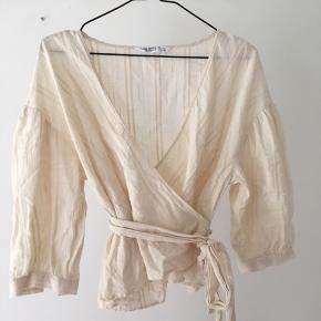 Meget smuk slå om skjorte eller bluse i råhvid fra Zara. Virkelig fin, og passes af xs, s, m. Kom med et bud! SOLGT