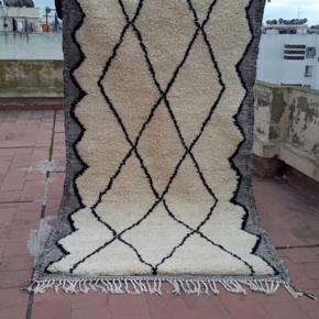 Helt Ny, Beni Ouarain Marokkansk Berber tæppe, 100 pct. Ren natur Uld, håndlavet.  14 dage bytte garanti. Måler 250 x 160 cm