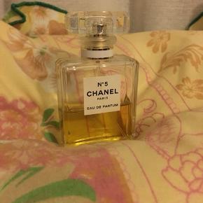 Chanel n.5 35ml. Der er lidt over halvdelen tilbage ✨ byd endelig.
