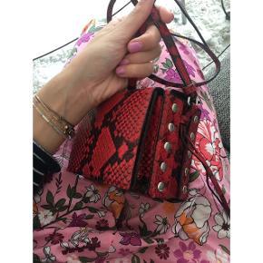 Zadig & Voltaire lignende taske fra H&M studio. Købspris i butik: 850kr  BYTTER IKKE - ÅBEN FOR BUD  🔭MP: 200 inkl forsikret fragt (jeg betaler) 🔭