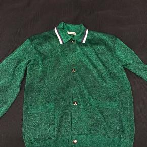 Varetype: Kort Farve: Grøn  Den skønneste cardigan , brugt en gang fremstår derfor som ny . Bytter ikke . Mp738 incl via mobilpay ved ts handel kommer gebyret oven i prisen
