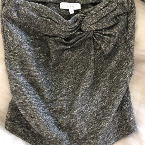 Den er mørkegrå. Ser mest rigtig ud i farven på billede 2.  Lækker nederdel i uld. Ingen slid.  Billede 3 er den nederdel bare i lysegrå.