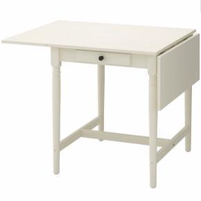 Ingatorp klapbord fra ikea sælges. Når klapperne er slået op er bordet 123 cm. Bordet er 65 cm med klapperne slået ned. Fremstår som nyt, da det bare har stået og pyntet. Kan afhentes i Aarhus C. Stole medfølger ikke. Skriv gerne for mere info :)