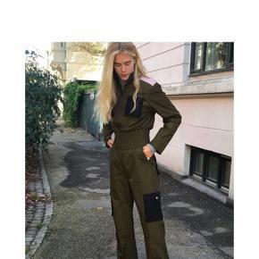 Sælger denne her super fede buksedragt fra Hosbjerg! Den er helt ny stadig med tags:) ny prisen er 1099kr, kom gerne med bud  Skriv for flere billeder!