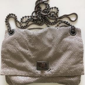 Smuk vintage taske. Som det ses på første billede mangler der lidt sten. Det ses ikke når den er på da den folder.