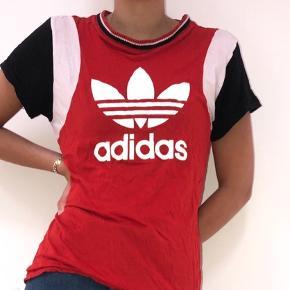 Sort, rød og hvid Nike t-shirt i en. Kan passe helt fra xs-L, vil jeg mene. Tjek mine andre annoncer ud!🌸