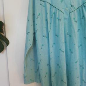 """Så cute blå blomstret """"natkjole"""" kjole i bomuld. Lækker at have på, og kan styles på mange måder. Længden er 102 cm. Fitter M/L"""