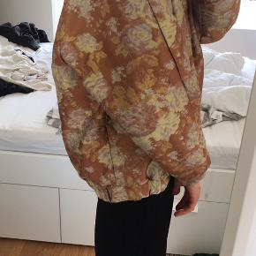 Size S but fit is a bit Oversize. Fits a 36/38.  Can be picked up at sydhavn or shipped (+39DKK).