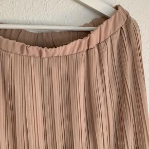 Sød plisseret nederdel fra Zara. Brugt men stadig i super stand.  Køber betaler fragt Tager ikke retur