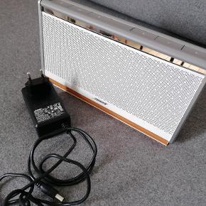 Bose Soundlink Mobile Speaker II. Model: 404600. Trådløs. Bluetooth. Limited Edition. Råhvidt foldbart læder cover med cognac farvet kontrast stikning. Bredde: 24,5 cm Højde: 14 cm Fremstår som ny. Brugt meget begrænset. Original oplader medfølger. Flere billeder kan fremsendes. Kan afhentes i Esbjerg. Sender gerne- køber afholder fragt.