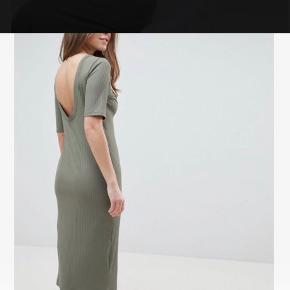 Grøn / sage kjole med åben ryg og slids  Str 36  Aldrig brugt!   Som du kan se på billederne er den overhovedet ikke gennemsigtig!😊