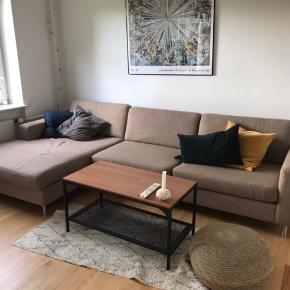 Sælger denne sofa grunder flytning. Den er brugt alt i alt 2 år, og er i god stand. Fra ikke-ryger hjem. BYD