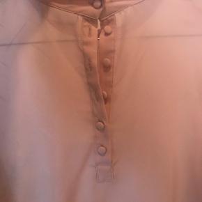 Smukkeste bluse med knapper bagpå. Brugt 1 gang. Lidt gennemsigtig. Med sølv mønster. Så smuk!